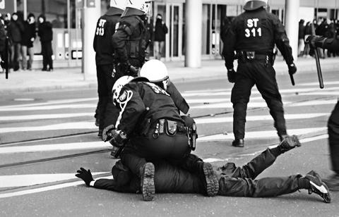 Mit voller Härte gegen links: Festnahme eines Antifaschisten auf der Demonstration »Magdeburg � nazifrei« (12.1.2013)